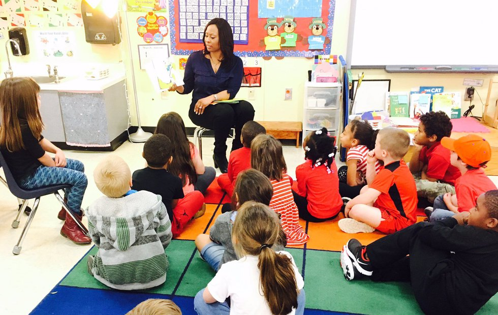 Aisha Tyler reads to students at Spann Elementary School. (Source: Live 5)