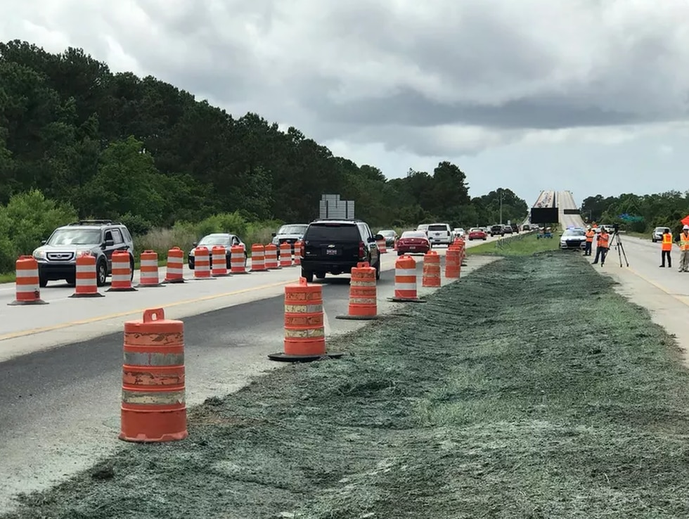 Cars use the crossover lane near the Wando Bridge (Source: Live 5)